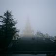 十方普賢菩薩が雨に煙る
