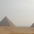 左から、クフ王、カフラー王、メンカウラー王、各ピラミッド