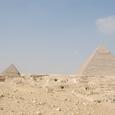 カフラー王と左はメンカウラー王ピラミッド