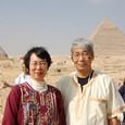 カフラー王、メンカウラー王ピラミッド前にて