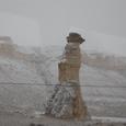 車窓 雪のカッパドキア奇岩峰群