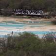 黄龍 五彩池 最上流で観る人々