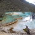 黄龍 五彩池 綺麗なブルーの石灰棚だ