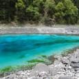 五彩池 岸辺が緑の藻、中心は深い群青色