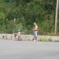 子供に三輪車を教える親