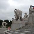 像に乗っかる観光客