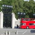 公園に到着する観光バス