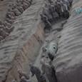 過洞に並ぶ歩兵と戦車