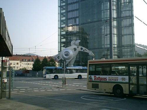 駅前広場のメカゴジラ?