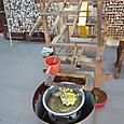 ホイアン 絹織物店 お湯に漬けられた繭