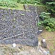 人口的に掘削した斜面が崩壊しないように石垣