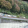 姫川に沿い走る大糸線の列車