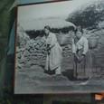水汲みをする島の女性 重い甕ムルホボク