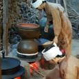 柿渋の作業着で蒸留酒を作成中