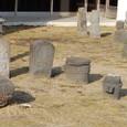 石像 手前は仏さん 奥は墓に建てられた石像