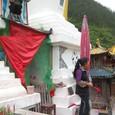 仏塔を守る女性