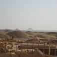 南側遺跡と遠くにダハシュールのピラミッド