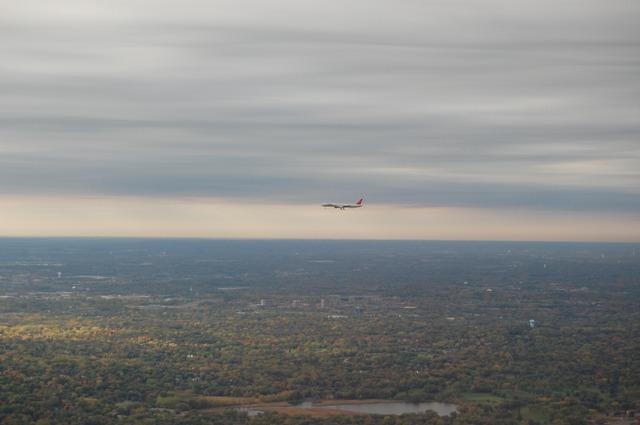 着陸態勢の旅客機