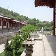玄宗皇帝の湯殿から庭を眺める