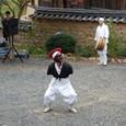 仏に仕える僧が芸者と踊る世も末だと嘆く