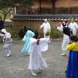 両班、芸者と踊る