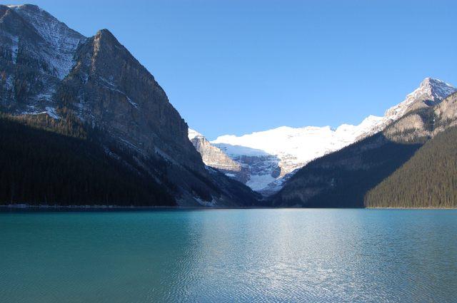 湖水はエメラルドに輝く