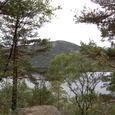 林から登山口の湖
