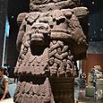 大地の女神 コアトリクエの後姿 髑髏がぶら下がっている