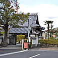 寿宝寺と山本駅跡石碑(右)