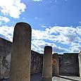 巨大な6本の円柱が並ぶホール