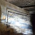 地下墳墓壁面にはレリーフが彫刻