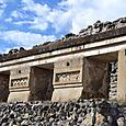 地下墳墓の上の神殿