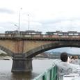 橋をトラムが走る