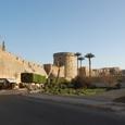 外は要塞、内はモスク