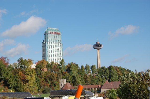 カナダ側のカジノとタワー
