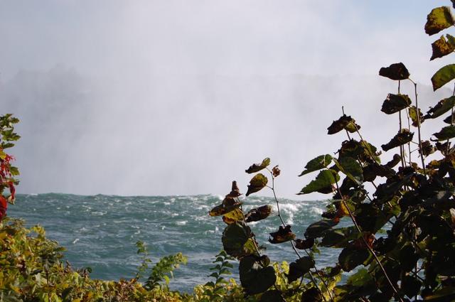 滝壺から吹き上がる水煙
