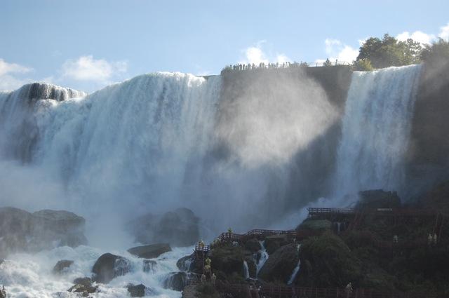 アメリカ滝とアメリカ側の観光客