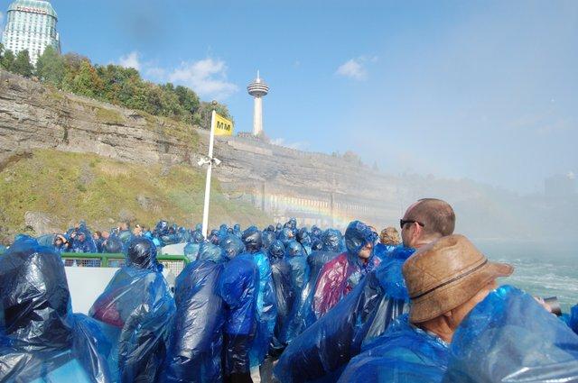 虹に喜ぶ観光客