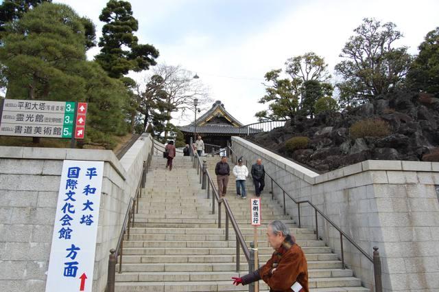 平和大塔、霊光館への階段