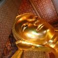 涅槃仏を見上げる