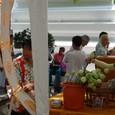 蓮の花を売る人