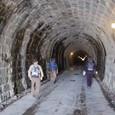 タイムトンネルを歩く三人
