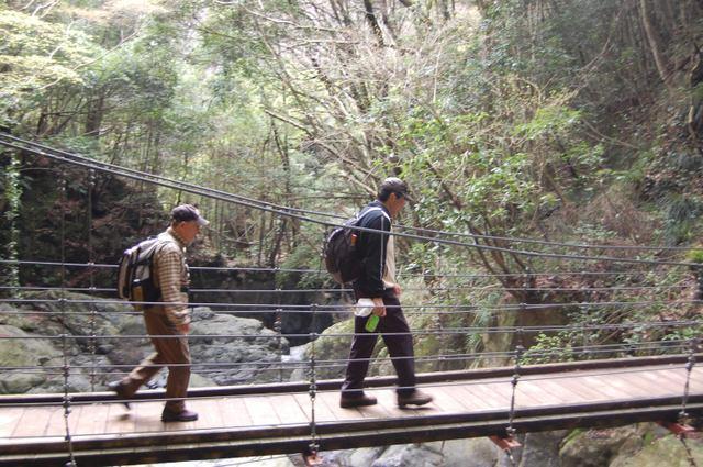 吊り橋を渡る二人