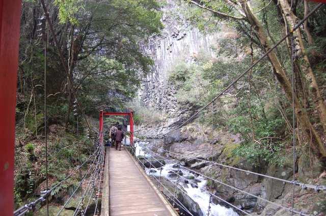 釜滝の底を歩く