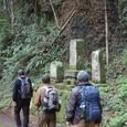 苔むす路傍の墓