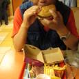 ハンバーガー食べる