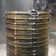 発掘された金属桶