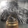 金属桶と発掘写真