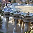 破砕タイルで装飾されたベンチと広場