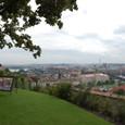 プラハ城の丘より街を一望する